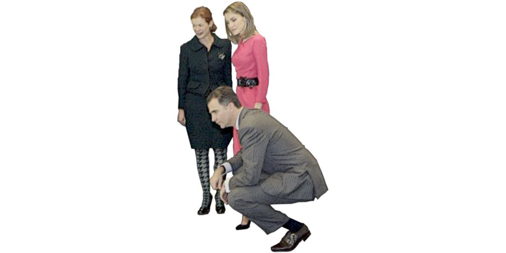 el rey de españa de cuclillas con la doctora ochoa y su esposa